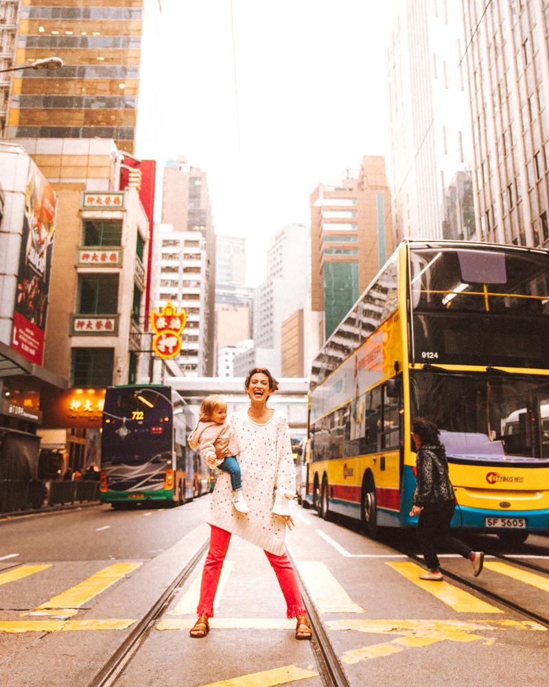 """Arriviamo ad Hong Kong che in città ci sono 8 gradi. Appena lasciati i 33 della nostra amata Ho Chi Minh, ci ritroviamo a capofitto in un inverno che non abbiamo ancora vissuto e per cui non siamo affatto equipaggiati. Io e Babbo J resteremo per dei giorni in ciabatte. Siamo ufficialmente promotori del movimento """"Il freddo ai piedi non esiste"""". E ci farà sempre ridere rivedere le nostre foto con cappotto e sandali."""