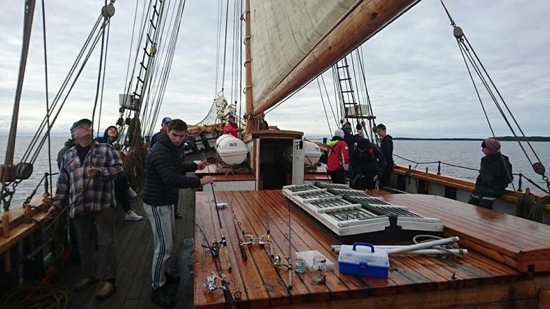 Många nya ungdomar har med hjälp av Regionens pengar getts möjlighet att prova på det maritima livet ombord på Vänergaleasen Mina, genom projektet Maritima Äventyr. Bild Göran Mörby