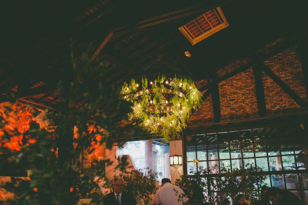 mariage pays basque arcangues fun DIY lustre nature verdure plafond.jpg