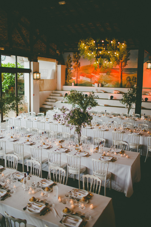 mariage pays basque arcangues fun DIY nature verdure fleurs lustre plafond.jpg