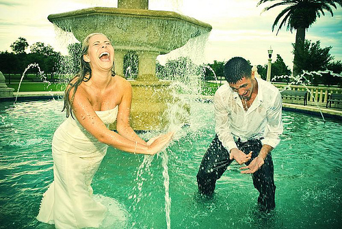 mariage pays basque fun trash the dress couleur photo fontaine.jpg