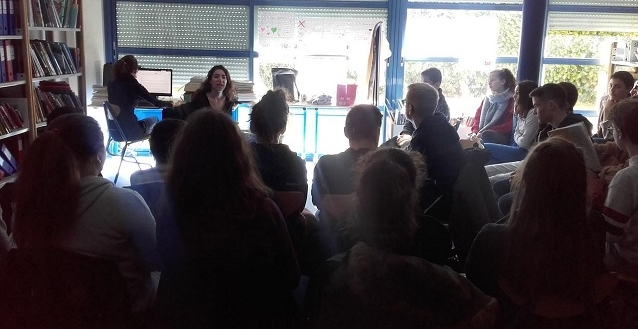 Rencontre en classe autour de  La Femme® n'existe pas , en présence de Keti Irubetagoyena, dans le cadre de l'initiative « Collèges au spectacle » initiée par la Comédie Poitou-Charentes - CDN (mars 2018). Photo : Margot Beaudonnet