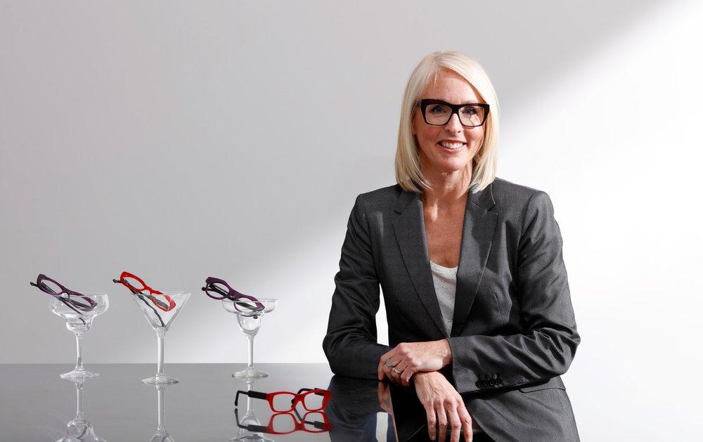 - Fraîchement sortie de l'école d'optique de Longueuil, au Québec,Marie-Sophie Dion ouvre en 1992 sa première boutique à Sherbrooke. Elle offre à la clientèle de sa ville natale des montures européennes créatives, accompagnées de conseils judicieux. Sous le slogan