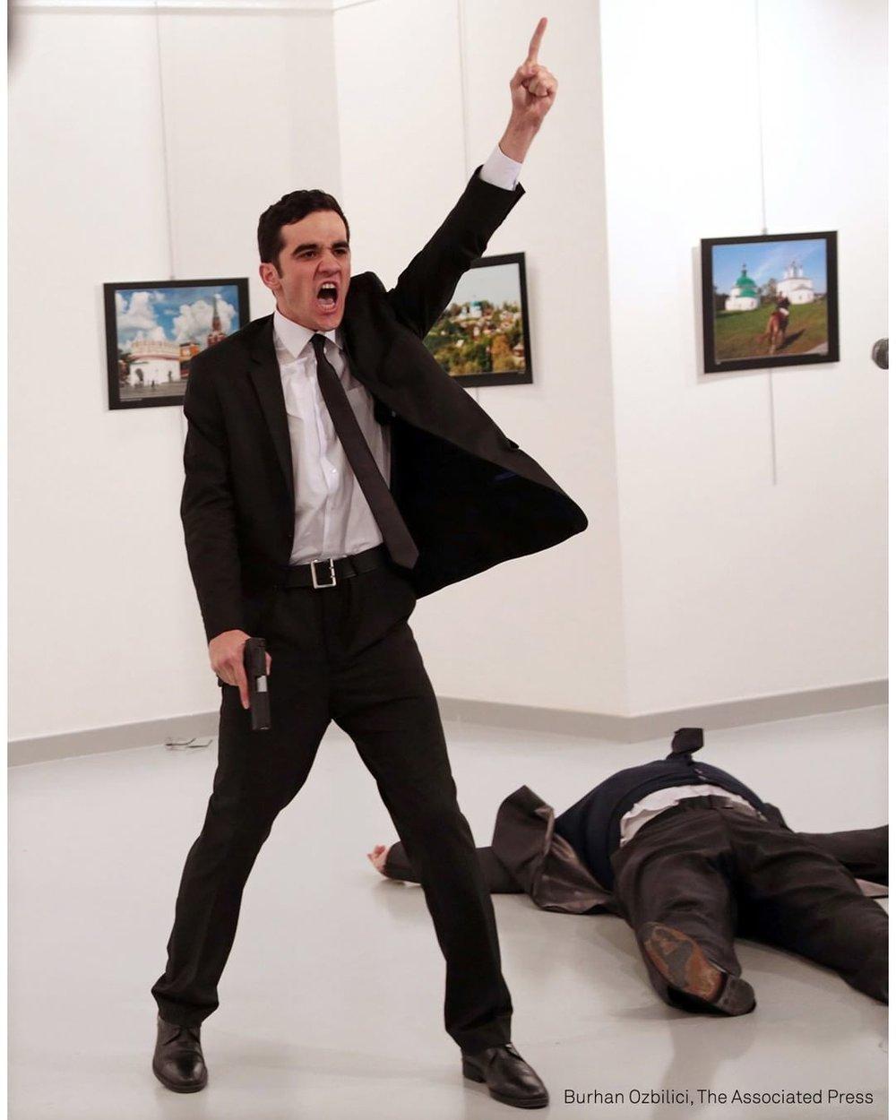 """E il momento in cui l'attentatore Mevlut Mert Altintas ha appena sparato all'ambasciatore russo in Turchia, il 19 dicembre 2016, in una galleria d'arte di Ankara. Lo scatto è di Burhan Ozbilici, fotografo e giornalista dell'agenzia Associated Press, vincitore del """"World Press Photo 2017"""". La fotografia è in  mostra , insieme ad altri 150 immagini selezionate dal noto contest, a Palermo, Palazzo Bonocore."""