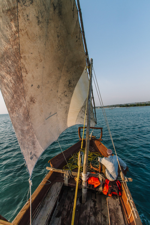 resan avslutades på bästa sätt med en romantisk solnedgångs kryssning i en tradionell zanzibar båt, dhow.