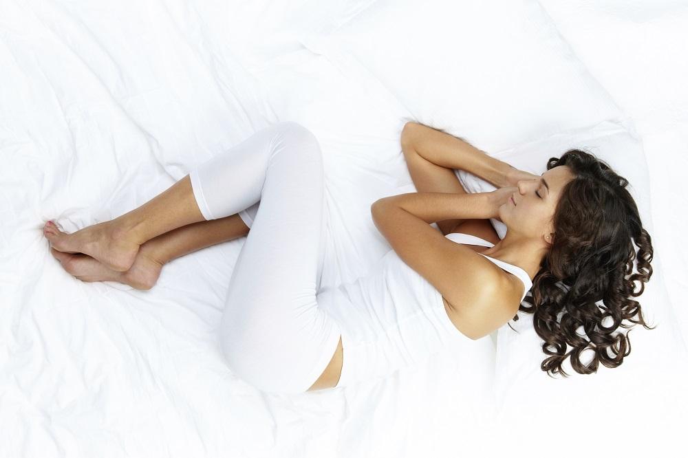 - Comme le fœtus dans le ventre de sa mère, nous sommes recroquevillés sur le côté, nos genoux ramenés vers le thorax. Les femmes sont deux fois plus nombreuses à l'adopter que les hommes.