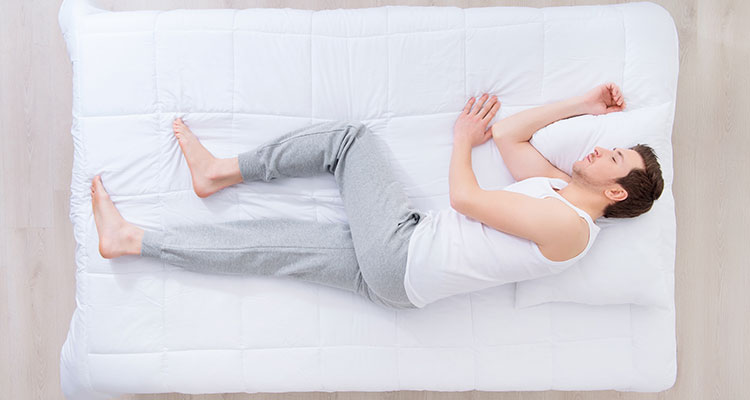 - Couchés sur le côté, nous gardons notre dos bien droit, les jambes dépliées et les bras le long du corps.