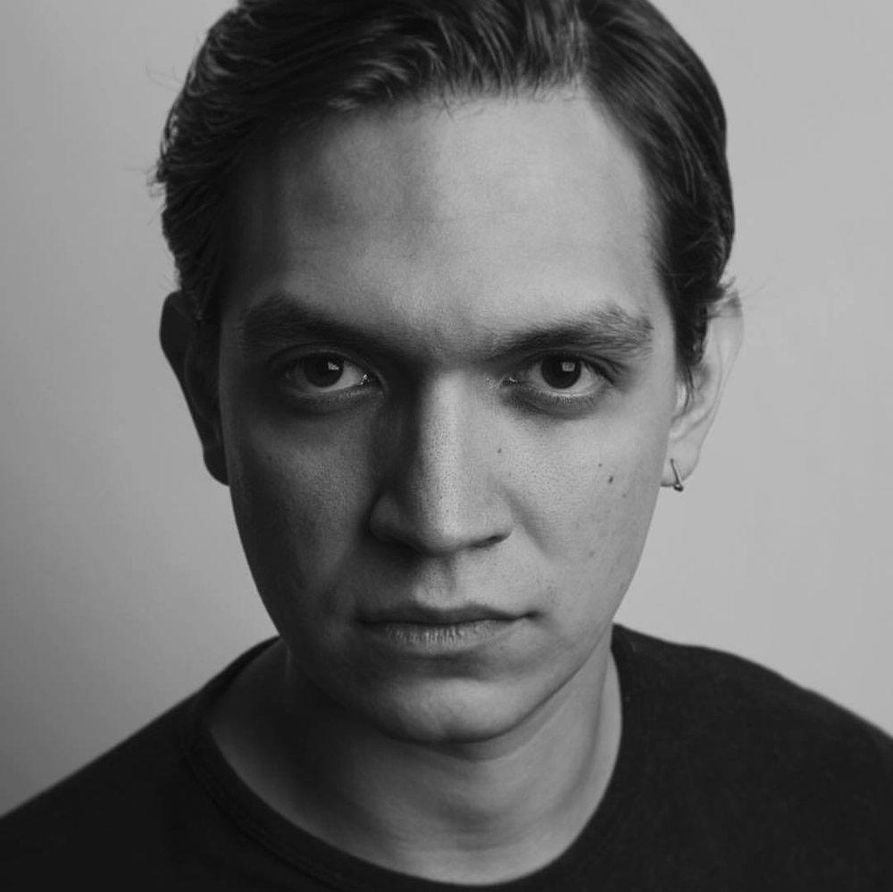 Alejandro Guerrero:   Actor mexicano conocido por su participación en: Sopladora de Hojas (2015), dirigida por Alejandro Iglesias, La guerra de las patatas (1998) y  Sara después de mi padre (2017).