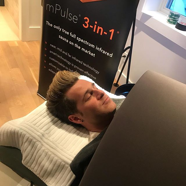 Guests loved the #infrared sauna sessions by @sunlightensaunas 💥💥💥 We had a fun visit to the lounge by @ryancabrera who indulged in the detoxing and rejuvenating sauna experience. #sundance #wanderluxxefilmmakerlounge #ryancabrera