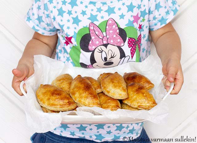 SIRKKIS®-PASTEIJAT by Maistuis varmaan sullekin - Taikina:200 g voita2 dl vehnäjauhoja2 dl ruisjauhoja1 tl leivinjauhetta250 g turkkilaista jogurttiaTäyte:1 rs (250 g) GrillimaustettuaSirkkistä1 - 2 rkl ruokaöljyä1 sipuli2 valkosipulin kynttä2 keitettyä kananmunaa200 g ranskankermaa1 tl paprikajauhettamustapippuria myllystäsuolaaVoiteluun:1 kananmuna