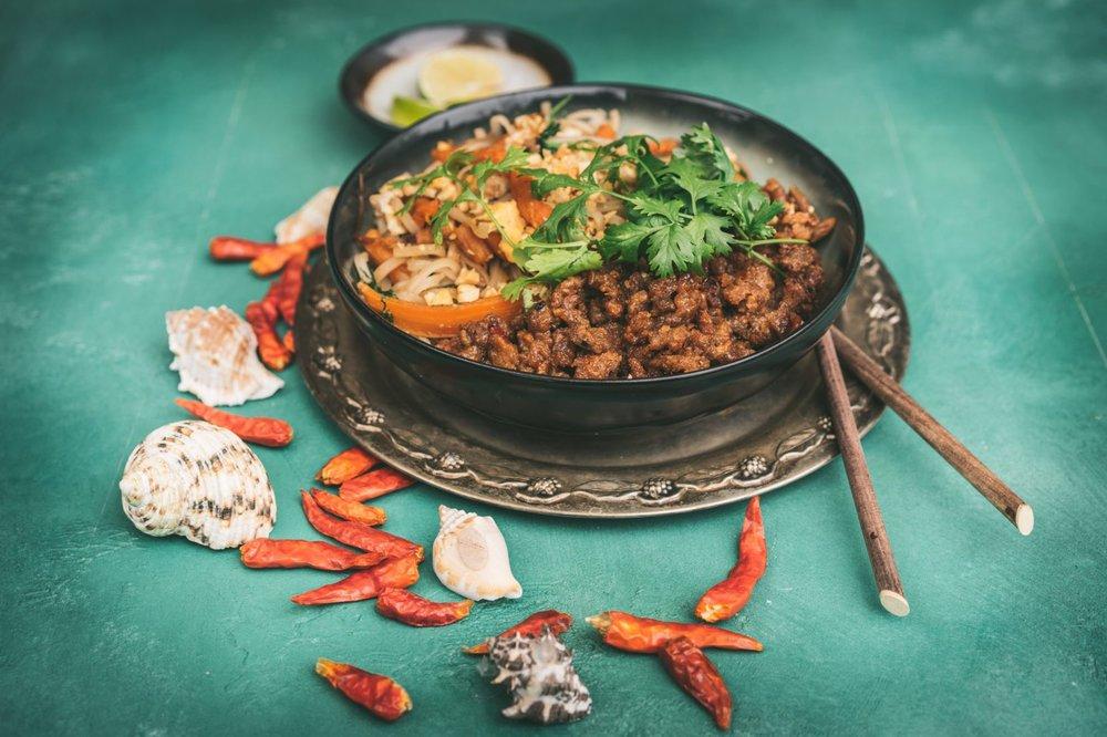 SIRKKIS® PAD THAI by Beach House Kitchen - 1 rs (250 g) EntisSirkkistä100 -120 griisinuudeleita1 pienehkö sipuli2 valkosipulinkynttä1 chili1 iso tai paripienempää porkkanaa1 kananmuna1 kourallinenbasilikaakorianteria jalimelohkoja2 rkl kuorettomiamaapähkinöitä(mungopavun ituja, joslähikaupasta löytyy)KASTIKE1 prk (100g)Tamarinditahnaa3/4 dl palmusokeria,myös ruokosokeri käy4-5 rkl kalakastiketta1/2 dl limenmehua2 rkl vettäöljyä paistamiseen