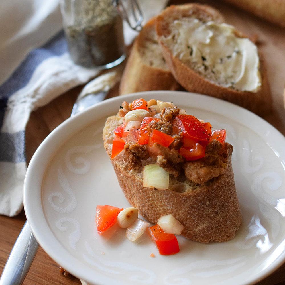 SIRKKIS®-SALSA - 3 Tomaattia 1 Sipuli 1 valkosipulin kynsi Hipsakka pippuria Ripsaus suolaa Inan verran sokeria 3-4 rkl oliiviöljyä 1-2 dl Sirkkistä Grillimaustetta