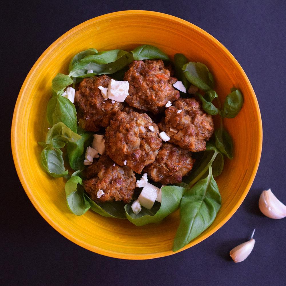 MUREAT SIRKKIS®-PYÖRYKÄT - 250 g Sirkkistä®2 valkosipulinkynttä2 pientä sipulia2 tomaattia1 1/2 - 2 tl suolaa2 tl grillimaustetta2 tl mustapippurirouhetta1 1/2 tl kuivattua basilikaa/Italian yrttisekoitusta1 dl salaattijuusto-kuutioitamurennettuna5-7 lehteä tuorettabasilikaahienonnettuna4 kanamunaa8 rkl korppujauhoja