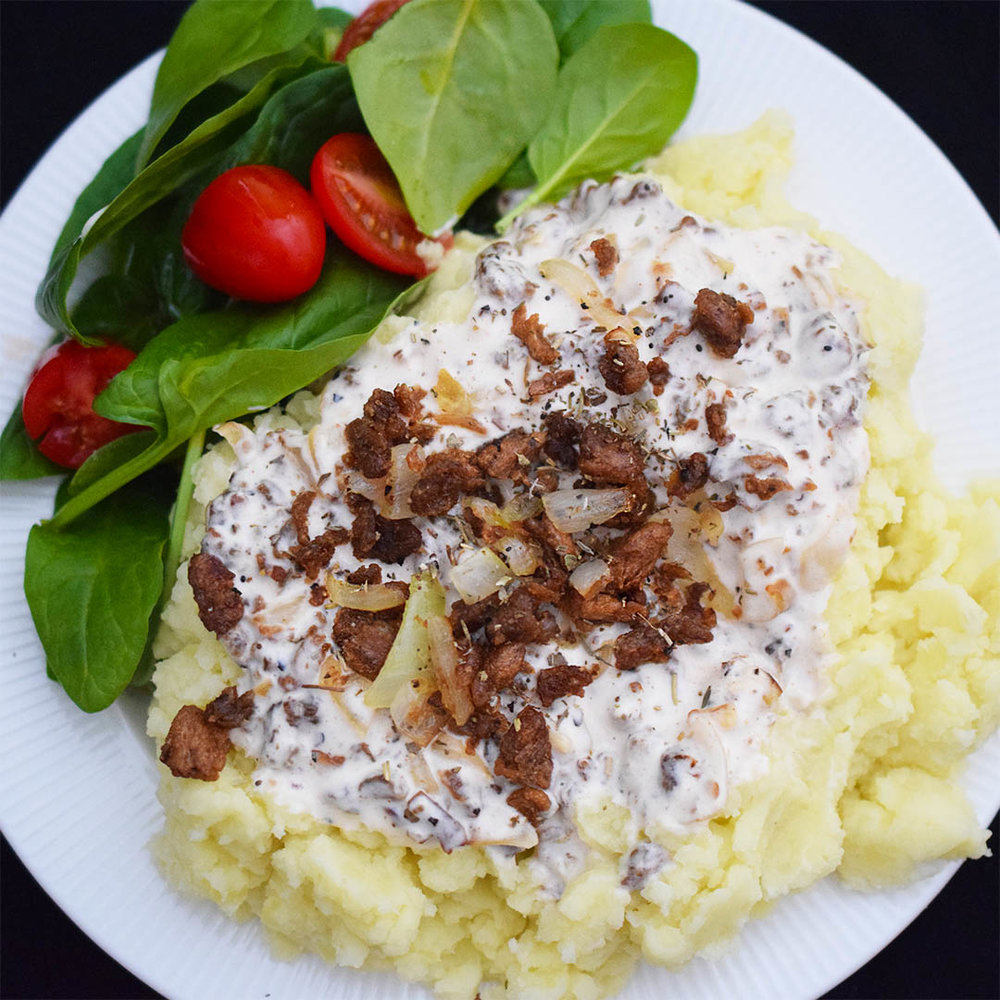 CREAMY SIRKKIS® SAUCE WITH MAASDAM AND ROASTED ONION - 1 onion2 gloves of garlicOlive oil2 cartons (500 ml) of oatcream,e.g. Creamy Oat by Oatly½ tl - 1 tspn salt~½ tspn ground blackpepperGrillspice4 thick slices of Maasdaamcheese3 dl scoops of Sirkkis®