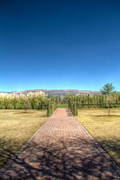 Camino lateral del jardín principal y salida de los invitados