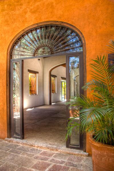 Puerta principal del salón