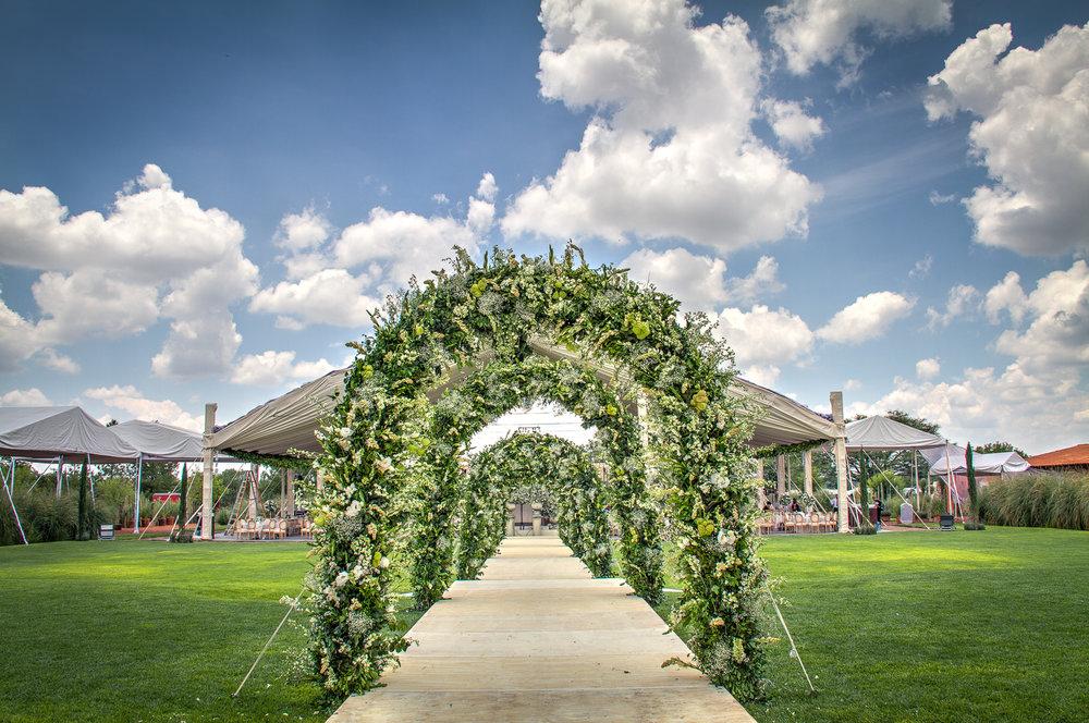 Pasillo con arcos de flores
