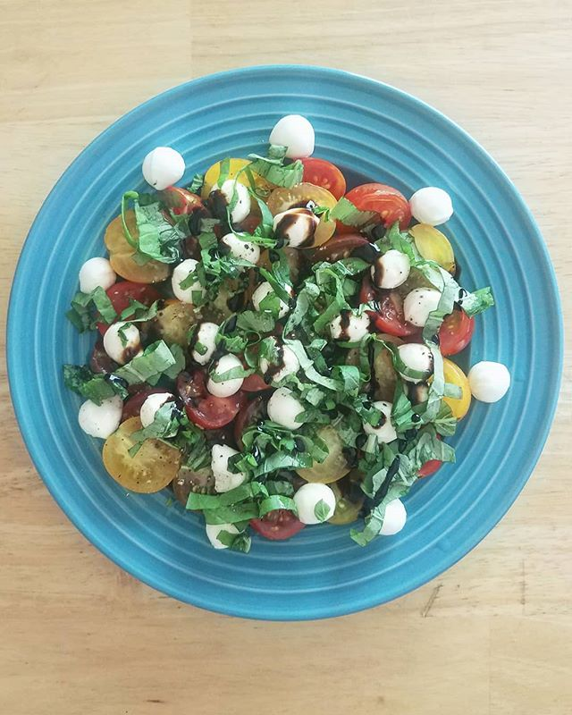 I'm missing caprese salads lately. They were a staple in my diet in the warmer months last year because I had a basil plant at home and tomatoes were SO plentiful in my CSA delivery. Just add mozzarella pearls & balsamic glaze and we're in business!  Thankfully spring will be here before we know it and that means we're closer to more fresh produce from my CSA 🙌  If you haven't signed up for your CSA yet or aren't sure if it's the right choice for you, check out my friend Lauren's farm @raleighshillsidefarm. (Cute pics of us in my stories.) Their signup is open and bonus, if you register now, you'll receive an ebook from me! 🥦🥕🥑 She is an expert in her field and can answer any questions you might have. This isn't an ad, I just fully believe in her and want to promote a business that is built around integrity. Check her out! @raleighshillsidefarm 🌞  #csa #fairsharecsa #knowyourfarmer #freshproduce #eatrealfood #madisonwi #eatgoodfeelgood #eattherainbow #bemadison @theleekandthecarrot #menuplanning #ebook #howtoguide #womensupportingwomen #integrity #familydinner #nourishmentPC #fullhearthappytummy #veggies #csafarmer