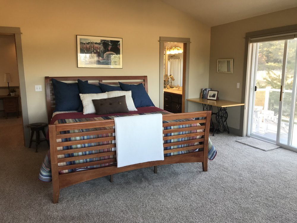 LUXURY SPACE - Stay in the well-appointed Mt. Baker Room with a king bed, fireplace, balcony, flat screen tv, and en-suite bathroom. Enjoy all the amenities at REC Retreats: hot tub, campfire pit, 24/7 access to the DIY studio, and use of the kitchen.