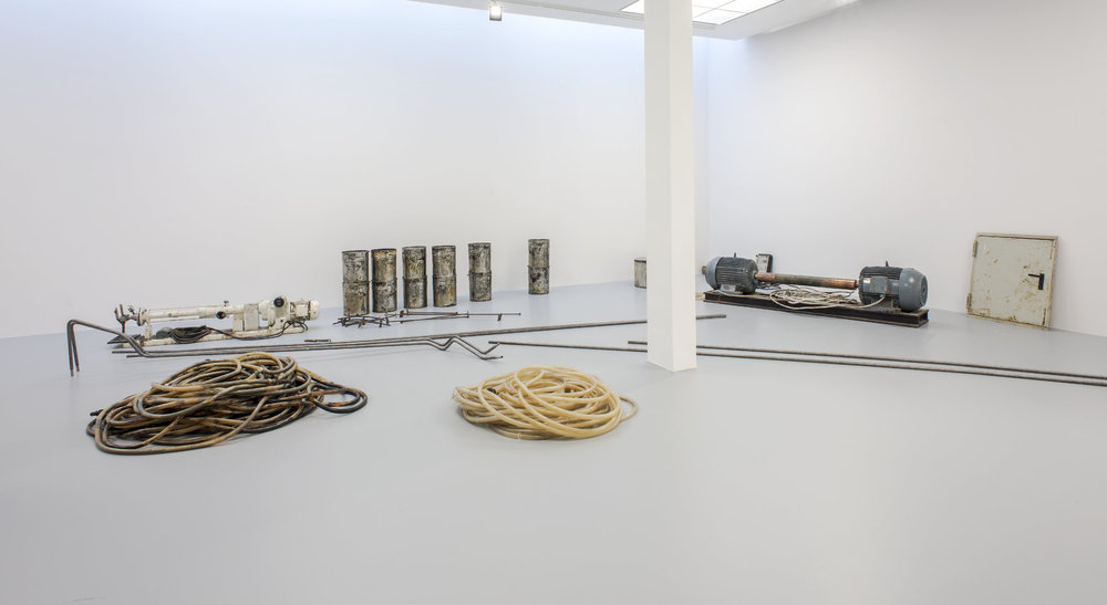 "Joseph Beuys,  Honigpumpe am Arbeitsplatz , installation aux dimensions variables,1974 - 1977. Installation au M HKA, ""Joseph Beuys - Salutations de l'Eurasien"" du 13 octobre 2017 au 21 janvier 2018. Œuvre de la collection: Louisiana Museum of Modern Art, Humlebaek, Denmark."
