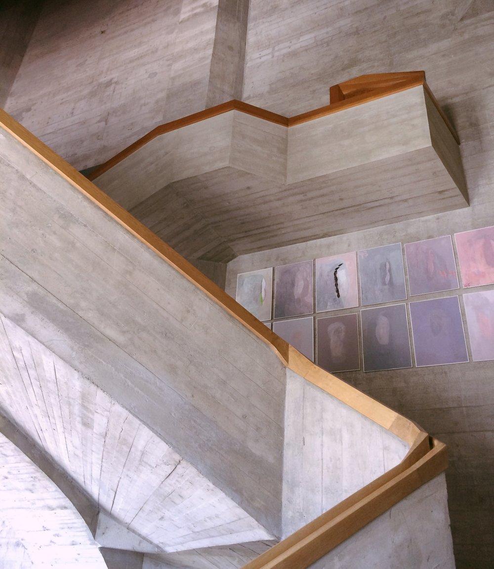 Goetheanum, escalier ouest, avec exposition d'oeuvres de Hannes Weigert.