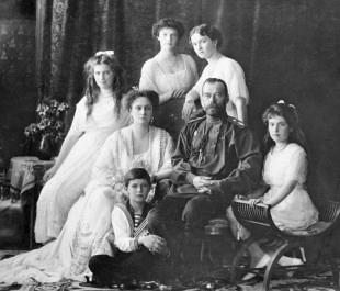 Le Tsar Nicolas II entouré de sa femme, de ses quatre filles et du tsarévitch Alexis.