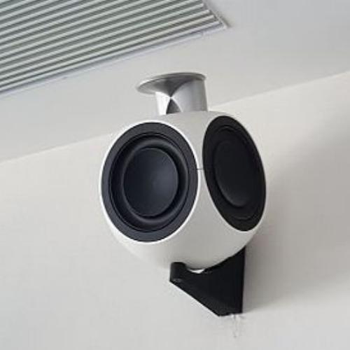 BEOLAB 3 WIT(PER SET) - Zeer geliefde luidspreker vanwege z'n kleine formaat en opzienbare performance. Ook heel geschikt als achterluidsprekers in een surround-opstelling. Vermogen 2 x 250 W, gewicht 2 x 2,6 kg.Van € 3.690 voor € 2.990