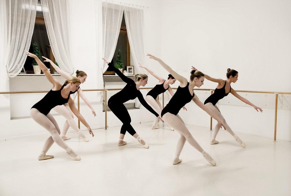 KLASSISCHES BALLETT   Es wird nach einer angepassten Waganova-Methode unterrichtet. Viele glauben, dass man mit dem Ballettunterricht so früh wie möglich beginnen müsse, weil der Körper im eventuell schon fortgeschrittenen Lebensalter diesen Anforderungen nicht mehr gewachsen sei. Dies trifft sicher zu, wenn man sich das Ziel setzt, als Primaballerina an einem der großen Opernhäuser dieser Welt brillieren zu wollen. Nicht jedoch, wenn die Freude an der Bewegung, Körperbeherrschung und ein durchtrainierter Körper im Vordergrund stehen. In jedem Alter ist es möglich, diese Ziele zu verfolgen und zu erreichen. In jeder Klasse ist das primäre Ziel, den Teilnehmern auf dem jeweiligen Klassenniveau eine solide klassische Technik zu vermitteln, da das klassische Ballett die Basis für wirklich jede Art des Tanzes ist!    Zur Bildergalerie