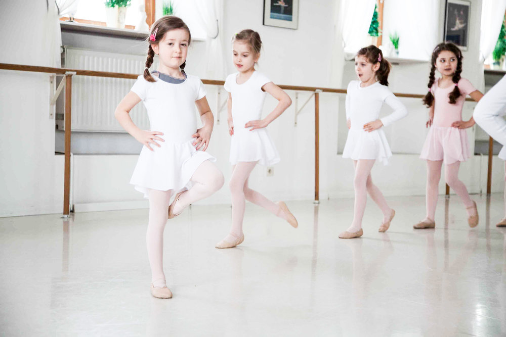 """BALLETT VORBEREITUNG   Die bezaubernden Zwerge, die hüpfend und tänzelnd zu uns kommen, um """"das Tanzen"""" zu lernen, werden auf spielerische Art und Weise an die Techniken des klassischen Balletts herangeführt. Ihnen wird hier auch Raum für ihre Persönlichkeitsentfaltung gegeben. Großen Wert legen wir auch auf die Förderung des kreativen Potentials der Kleinen, sei es durch Improvisation oder das Einbringen eigener Ideen und Gedanken, ohne jedoch das wichtigste Handwerkszeug für den klassischen Tanz zu vernachlässigen: die Disziplin!    Zur Bildergalerie"""