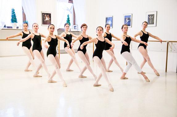 FÖRDERKLASSEN   Teilnehmer der Förderklassen sind überdurchschnittlich begabte Schüler, die sich durch besondere Freude am Tanzen und Leistungsbereitschaft auszeichnen. Die Schüler der Förderklassen nehmen mindestens 2 x wöchentlich am Förderklassenunterricht teil. Ab dem 12. Lebensjahr wird in der 2. Stunde auf Spitze trainiert.    Zur Bildergalerie