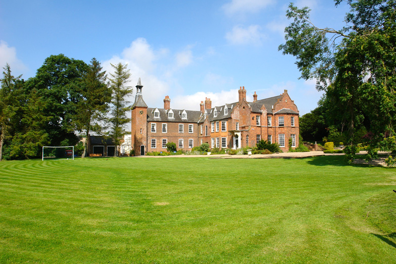 Skendleby Hall a self catering mansion for large groups the house and front lawn