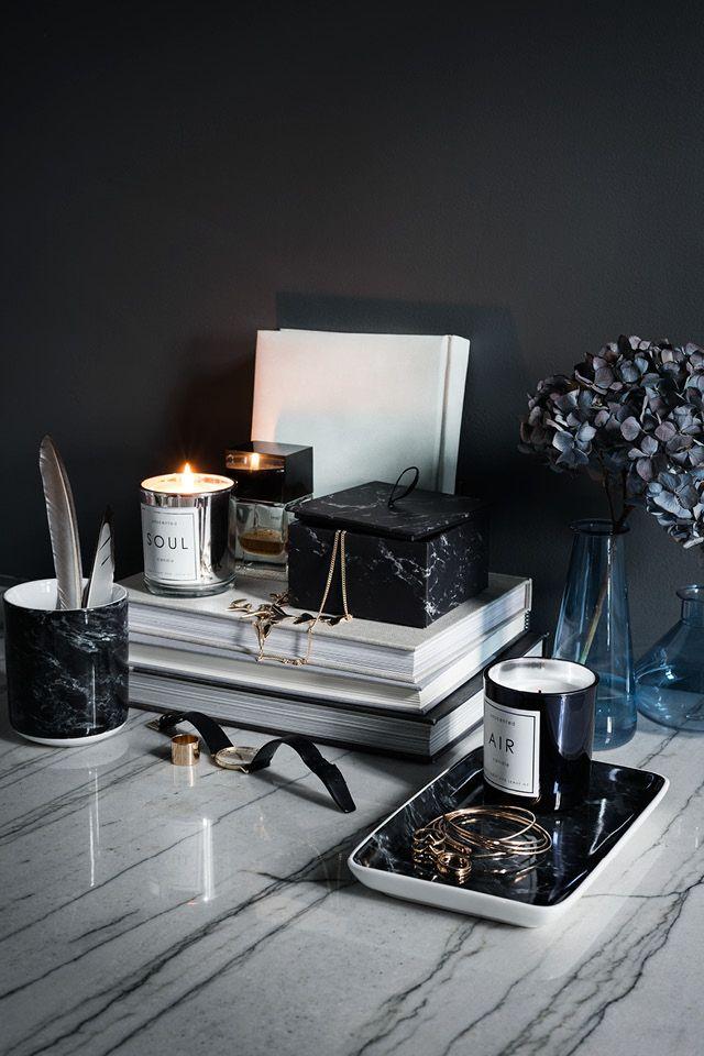 MAHAGONY CANDLE - Když už jsme u těch svíček, zatím nejzajímavější a cenově dostupné vůně jsme objevily v H&M Home. Brzo se stmívá a svíčky jsou jedním z nezbytných doplňků, které umí navodit tu správnou atmosféru.Mrkněte na tento odkaz nebo se stavte si vše očuchat rovnou na prodejně. Nás nejvíc baví Mahagony a Green Tea & Bergamot.Cena 149 - 399,- czk.