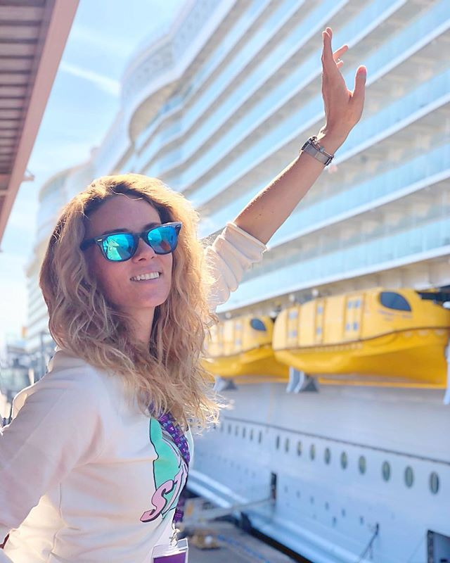 Ahooooj👋🏼🚢⚓️🗺 Všechny vaše dotazy ohledně největší lodi na světě @symphonyoftheseasofficial zkusím zodpovědět co nejdřív ve článku na #blogesrobes.cz nebo koukněte rovnou na @cruiseandtravel.cz, kde je info ohledně platby i ceny💋 #blogeskynatripu #travelblogger #symphonyoftheseas #royalcaribbean #barcelona #cruise