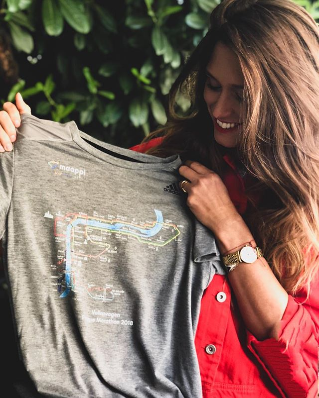 Chci vám představit novou kolekci triček, která vznikla ve spolupráci Adidas a @maappi_official. Návrhy vytvořil třináctiletý klučina Matěj Hošek, který je autista, ale přesto navštěvuje normální základní školu a vyčnívá svým talentem. Miluje design a mapy a jeho první velký úspěch byl, že jeho návrhy byly v roce 2016 hlavním motivem potisku látek charitativní kolekce Autista pro autisty v rámci Fashion weeku 2016. V této další kolekci překleslil mapy běhů v rámci @runczech a vy si ji můžete koupit např. v Adidas storu v Palladiu a přispět tak na dobrou věc.  Za mě velký 👏🏽👏🏽👏🏽👏🏽