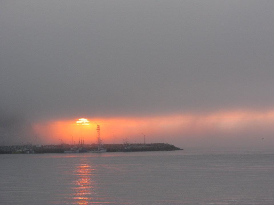 La brume sur le fleuve ne parvient pas à cacher le soleil