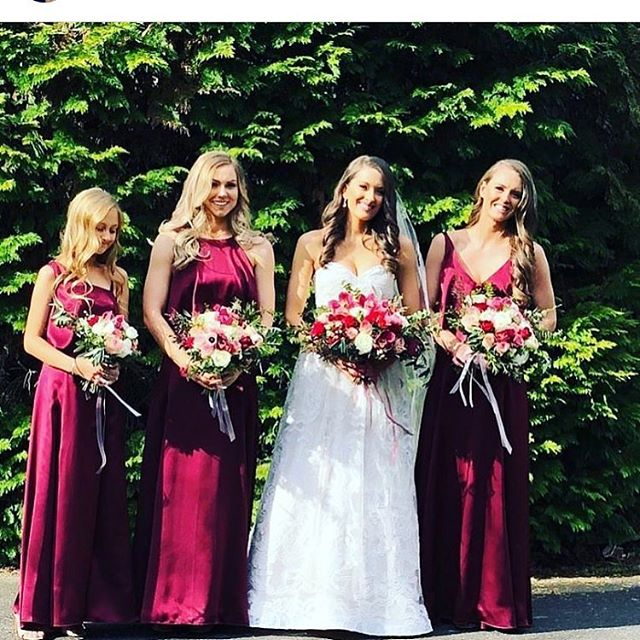 S with her beautiful bridesmaids and their matching bouquets with burgundy and blush tones Photo and makeup: @joelegancedesign #melbourneweddingflorist #melbourneweddingflowers #weddingflowers #weddingflowersmelbourne #burgandyflowers #beautifulbride #bridesmaids #bridetribe💍