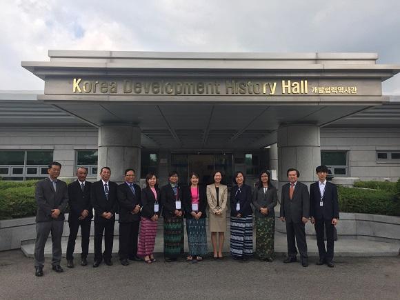 """(엔지니어링데일리)최윤석 기자= 1일 경동엔지니어링은 미얀마 도시주택 관련부처 공무원 30명을 대상으로 '한국 신도시 개발사례 소개 및 미얀마 양곤 Twantay 신도시 실행방안'에 대한 초청연수를 지난 5월 9일부터 26일까지 실시했다고 밝혔다.  이번 연수는 지난 2015년 12월 경동컨소시엄(한아도시연구소+한국법제연구원+서울연구원)이 수주한 '미얀마 한따와디 공항인근 및 양곤주 남서부 지역개발 마스터플랜 수립사업 사업수행'의 일환으로 실시됐다. KOICA ODA사업인 이 사업은 양곤의 지역개발 마스터플랜과 우선추진 선도사업의 실행계획수립 등 2단계로 구성돼 있으며, 올해 12월말에 준공될 예정이다.  경동 강재홍 대표이사는 """"이번 초청연수를 통해 뚠띠 신도시 마스터플랜의 구체적인 실행방안과 한국기업의 참여에 대해 지속적인 협의가 될 수 있기를 기대한다""""고 말했다.  한아도시연구소 안건혁 대표이사는 """"이번 연수를 바탕으로 실행력 있는 뚠띠·달라 및 바고 신도시 마스터플랜이 수립되길 바란다""""며, """"향후 미얀마 현지 워크샵과 최종보고서 발표까지 양 국의 긴밀한 협조를 기대한다""""고 말했다.  최윤석 기자 engdaily@engdaily.com < 저작권자 © 엔지니어링데일리 무단전재 및 재배포금지 >  출처:  http://www.engdaily.com/news/articleView.html?idxno=7059"""