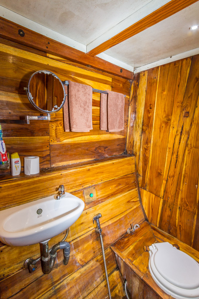 kelana_boat_bathroom_cruise_komodo