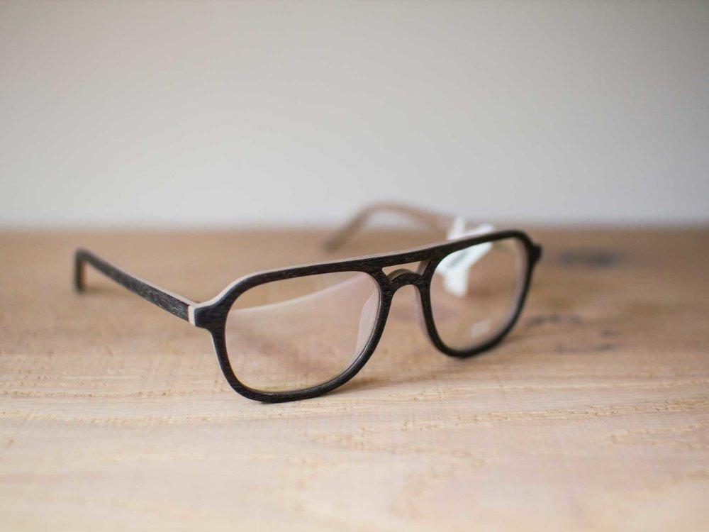 Brillen - We hebben passie voor mooie brillen. Bijzondere monturen van hoge kwaliteit en door vakmanschap gemaakt, met een perfecte pasvorm die het beste in je gezicht naar voren haalt. Daarom zijn we constant op zoek naar de mooiste monturen. Elk jaar bezoeken we de meest toonaangevende optiek beurzen in binnen- en buitenland en verdiepen ons in de laatste trends. Soms onopvallend, soms extravagant, maar altijd met een eigen stijl.Brillen waar jij blij van wordt, en wij ook. We zijn daarom heel trots op onze collectie. Kom gerust vrijblijvend binnen voor advies. We zien je graag!
