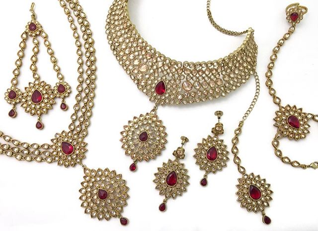 When a brides' jewels are ready to be adorned...@beesjewellery  #shopbees #beesjewellery #mughalprincess #allthingsbridal #beesbride #indianbride #indianwedding #jewellery