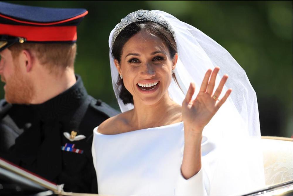 meghan markle bride waving.png