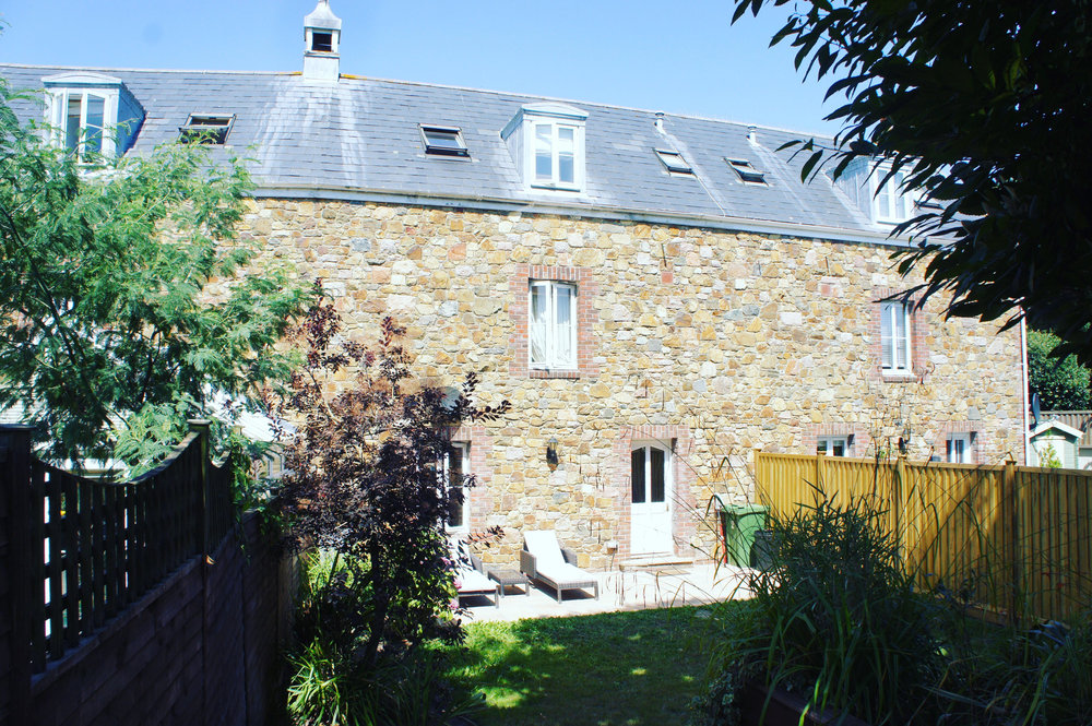 3 STOREY FAMILY HOMEIN ST SAVIOUR - IDEAL FOR ALL MAIN SCHOOLS!