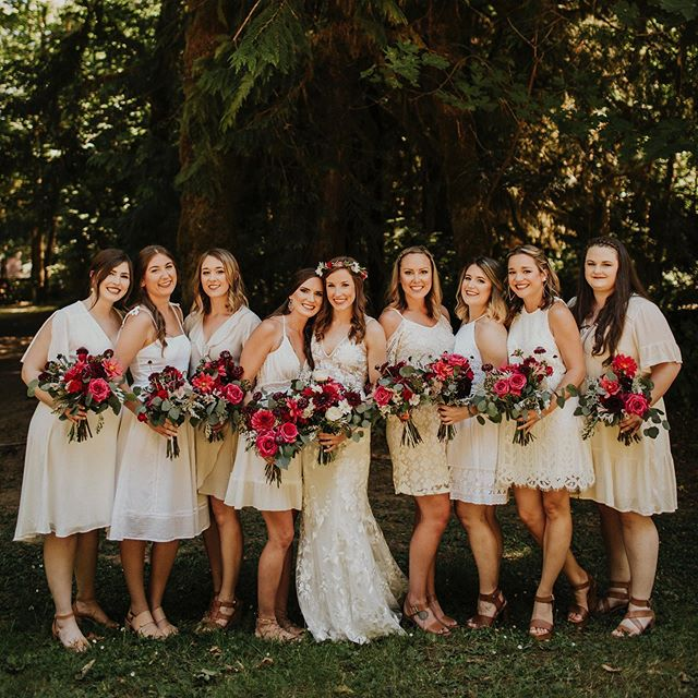 Can we take a minute  to admire this gorgeous bridal party? They pulled off the all-white dress look so well. 🙌🏻 This wedding will be coming to the blog soon; I'm so excited to share more of the gorgeous images from @victoriacarlsonphoto. In the meantime I'd love to hear what your fave bridal party trends are. 😍 Happy Monday!!