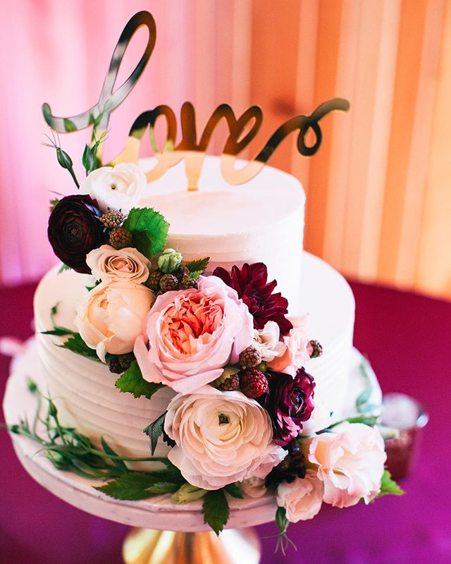 Thursdays are busy days in the Hart household! I'm currently getting ready for this morning's @sfcmops meeting, and later I'll be prepping for tonight's @engagingeugene event at @ambrosiaeugene. Local wedding pros, I hope to see you there! In the meantime, enjoy this lovely cake from @sweetlifepatisserie and blooms from @goodseedfloral. 😍 📷: @stevisaylerphoto
