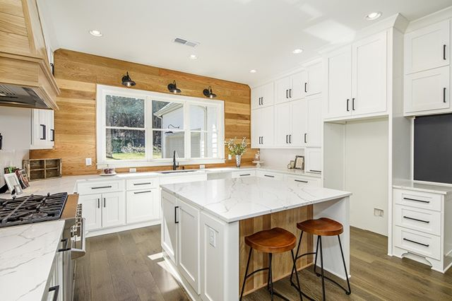Our friends over at @therenovationspot have this gorgeous custom home on the market in Smyrna. Tag someone who would love this kitchen! @homeboutique  #homesforsale #smyrna #vinings #atlantahomes #atlantacustomhome #atlantabuilder #forsale #dreamkitchen #kitchengoals #housegoals #kitchensofinsta #kitchensofig #modernfarmhouse