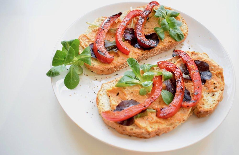 Gegrilde-paprika-met-hummus-lunch-vegan.jpg
