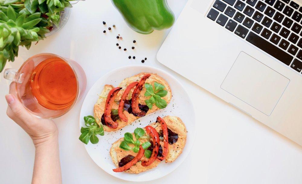 Geroosterd-brood-met-gegrilde-paprika-en-hummus-Vegan-lunch.jpg