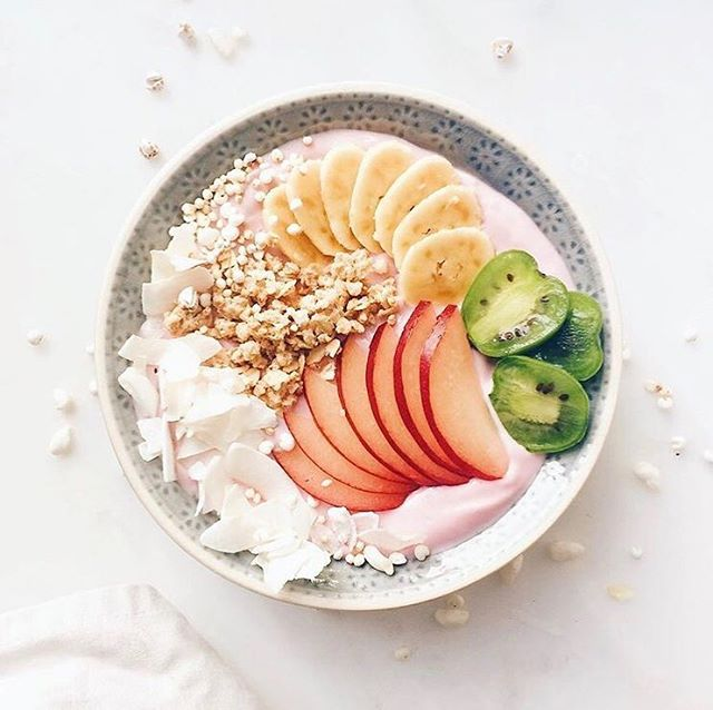 🍑 • Just in case no one told you today. Hello. Goodmorning. You are awesome. Make it a great day! 📸 by @tinytine21 #healthywanderlust ⠀ ⠀ #breakfast #healthy #gezond #saturday #selfloveclub #blogger