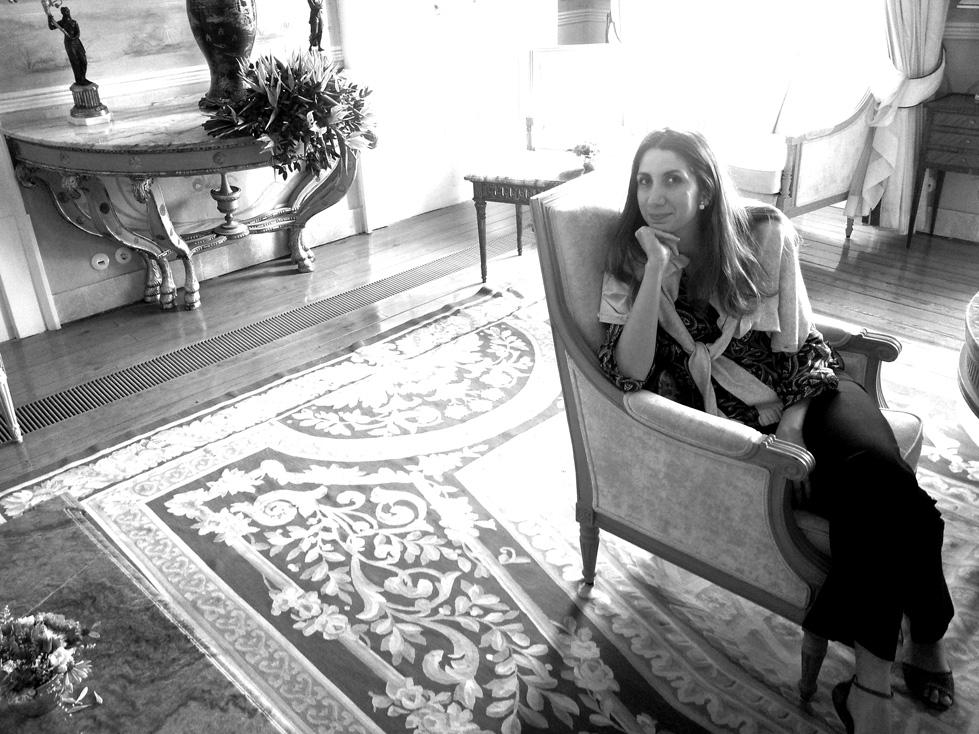 Tatiana Bina - Bacharel e Licenciada em História pela Faculdade de Filosofia Letras e Ciências Humanas da Universidade de São Paulo (FFLCH-USP); Mestre e Doutora em arqueologia pelo Museu de Arqueologia e Etnologia da Universidade de São Paulo (MAE-USP). Trabalhou como Supervisora de Programas e Pesquisas no Laboratório de Arqueologia Romana Provincial da Universidade de São Paulo (LARP-USP).