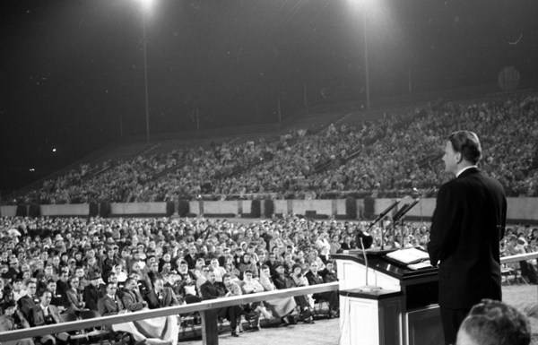 Evangelist_Billy_Graham_speaking_at_Doak_Campbell_Stadium_in_Tallahassee,_Florida_(11928157394).jpg